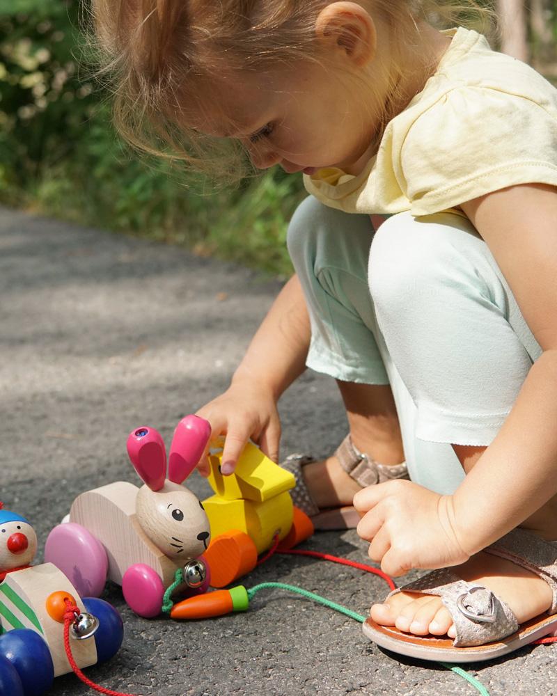 Kind met Autolino, Hanna-Hoppel, Karla houten speelgoed van Selecta