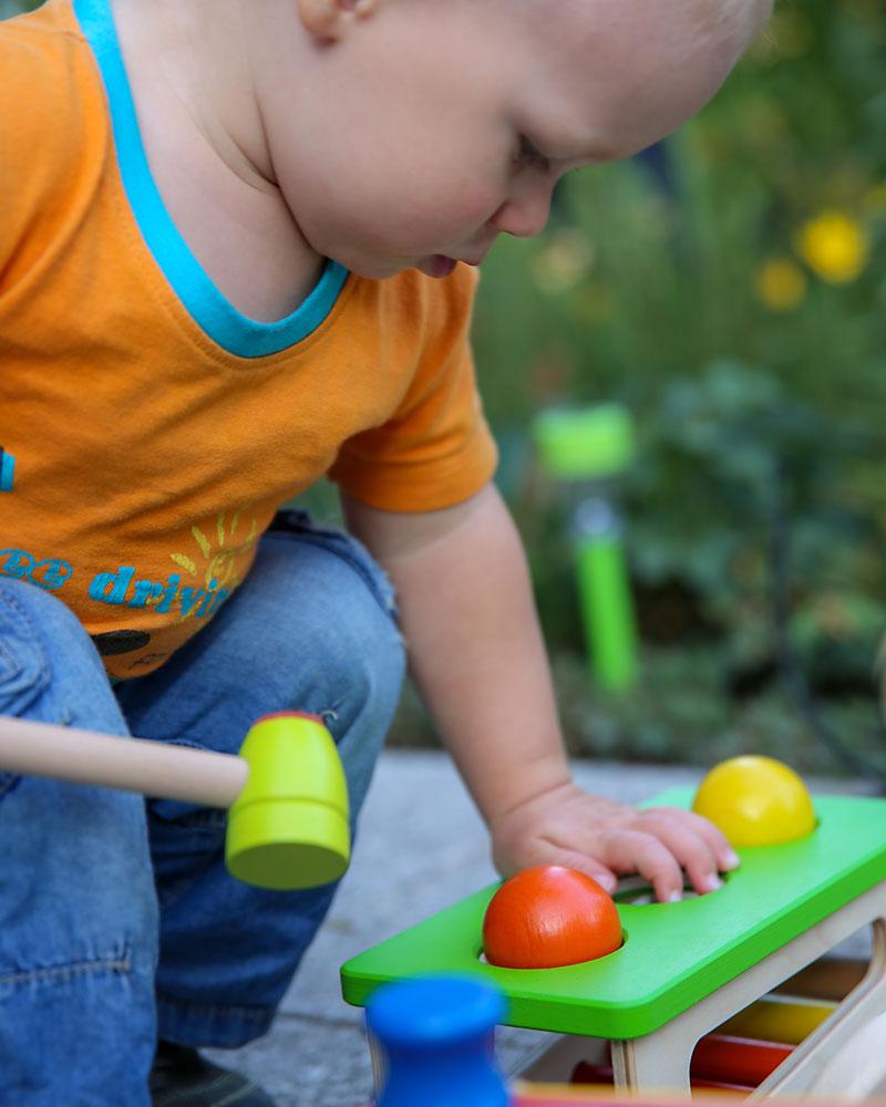 Kind met Battino houten speelgoed van Selecta