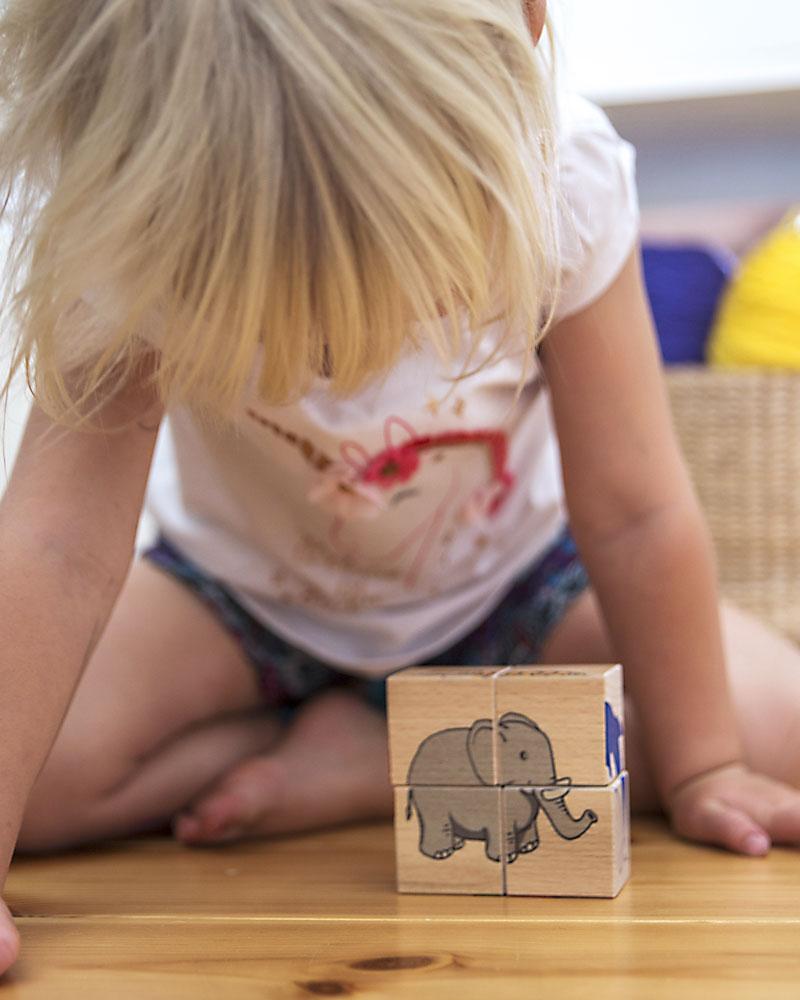 Kind met blokkenpuzzel kinderdierentuin houten speelgoed van Selecta