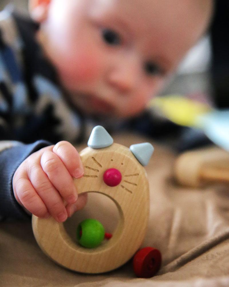 Kind met catina houten speelgoed van Selecta