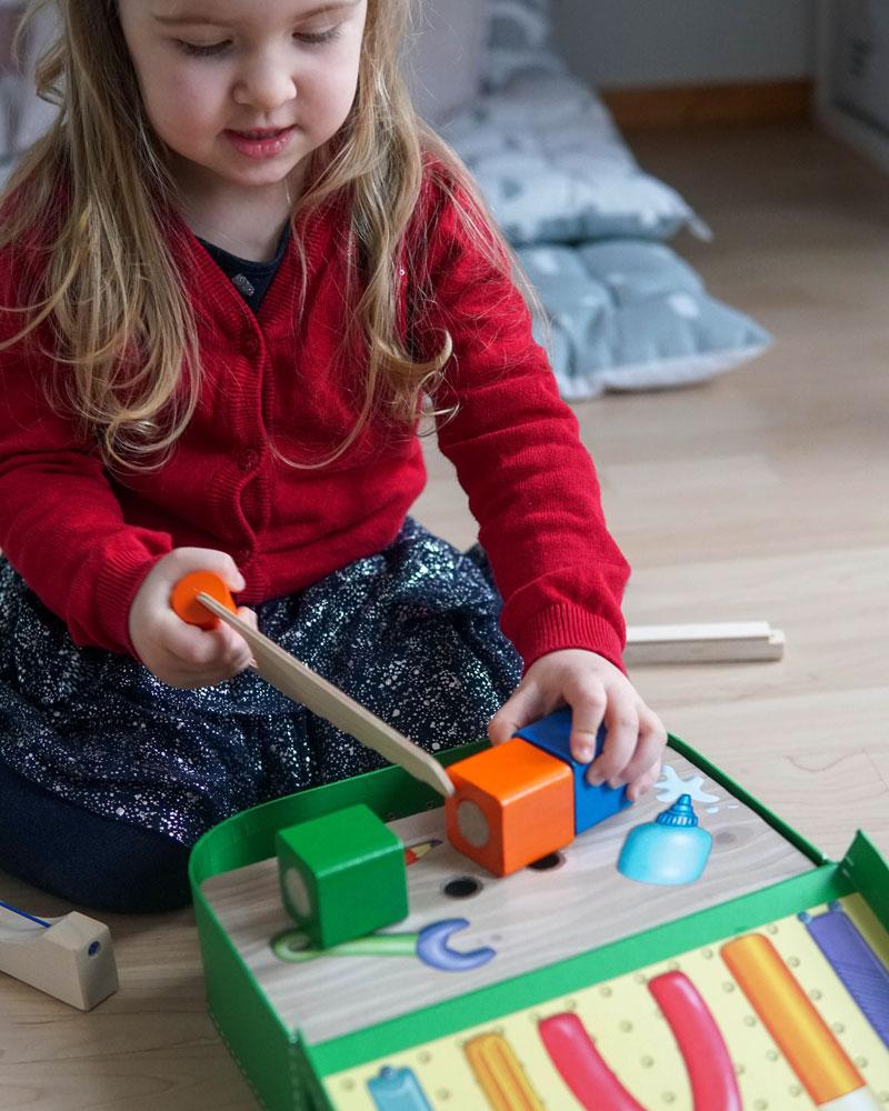 Kind met gereedschapskist houten speelgoed van Selecta