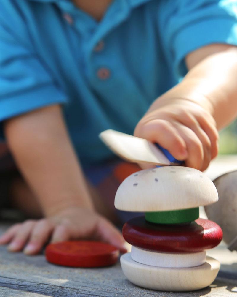 Kind met hamburger houten speelgoed van Selecta