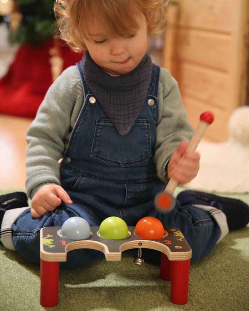 Kind met hamercroquet houten speelgoed van Selecta