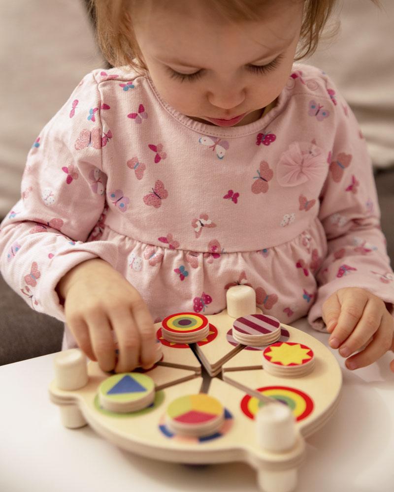 Kind met kleurenschuiver houten speelgoed van Selecta