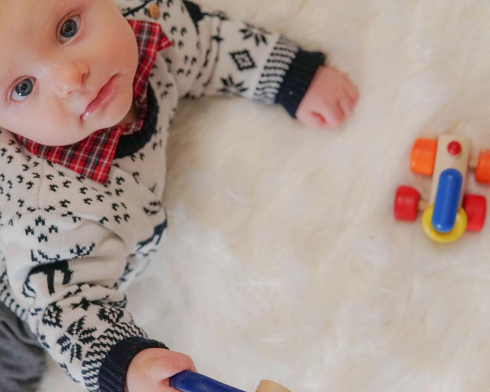 Kind met Rolina houten speelgoed van Selecta