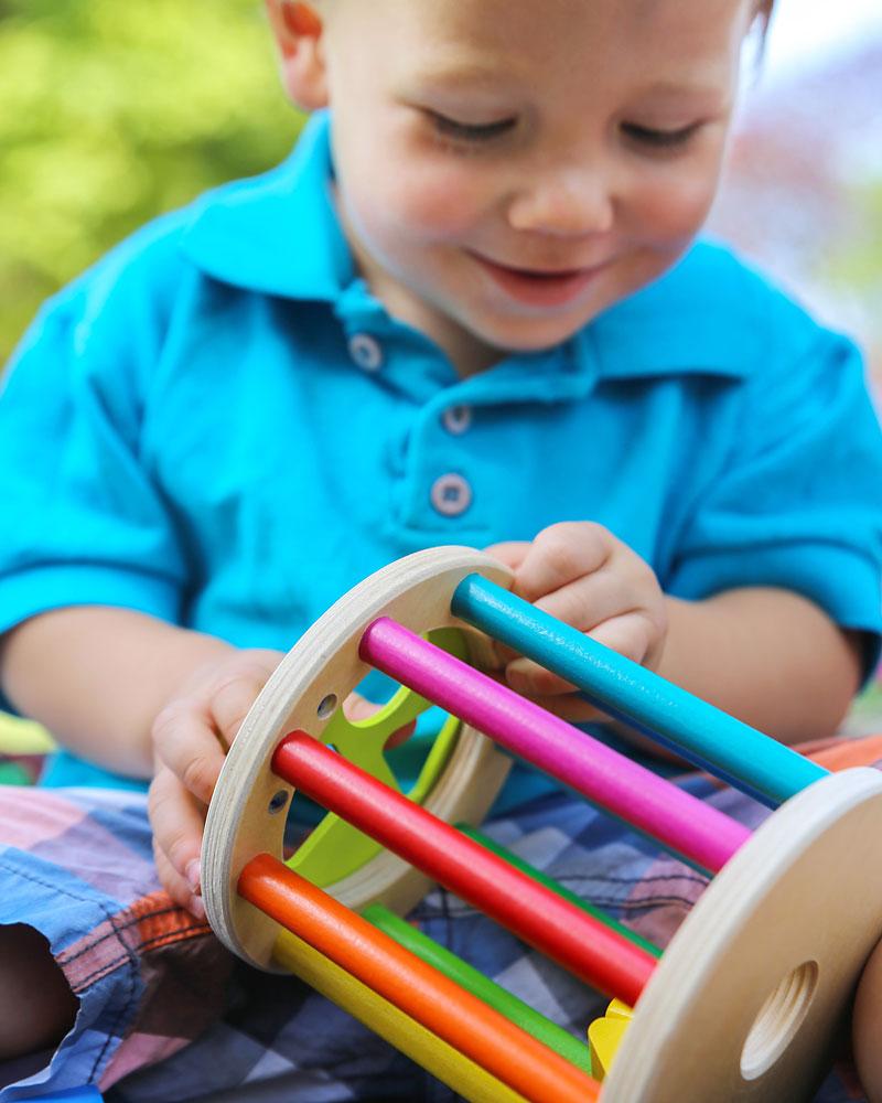 Kind met sorteerroller houten speelgoed van Selecta