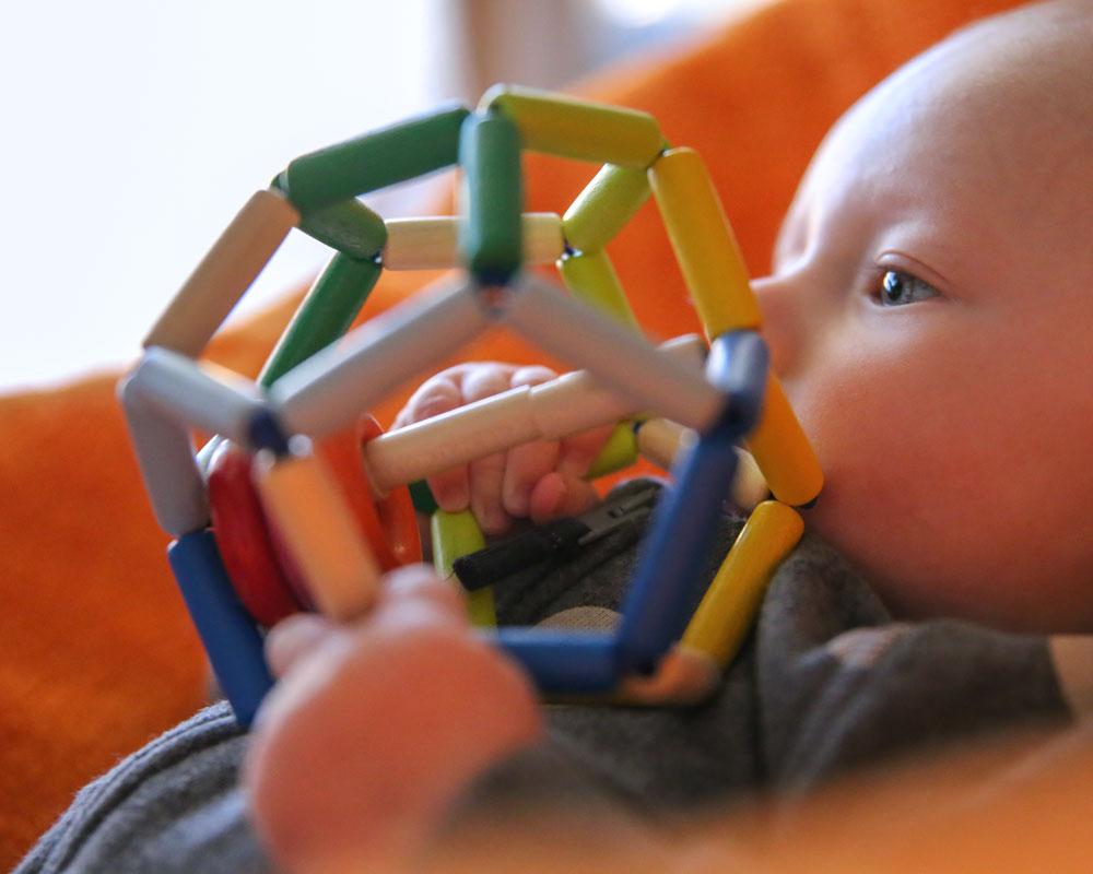 Kind met space houten speelgoed van Selecta