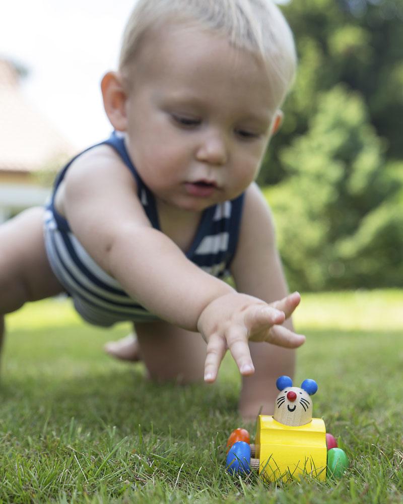 Kind met topeto houten speelgoed van Selecta