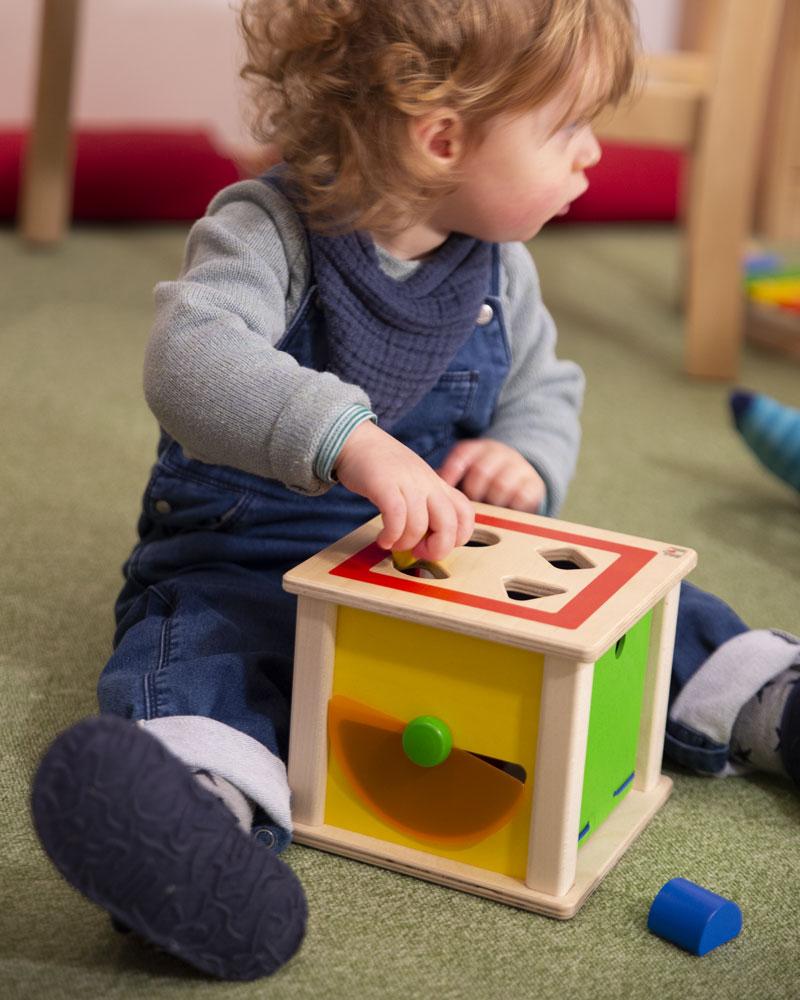 Kind met varianto houten speelgoed van Selecta