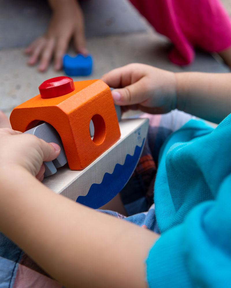 Kind met wippofant houten speelgoed van Selecta